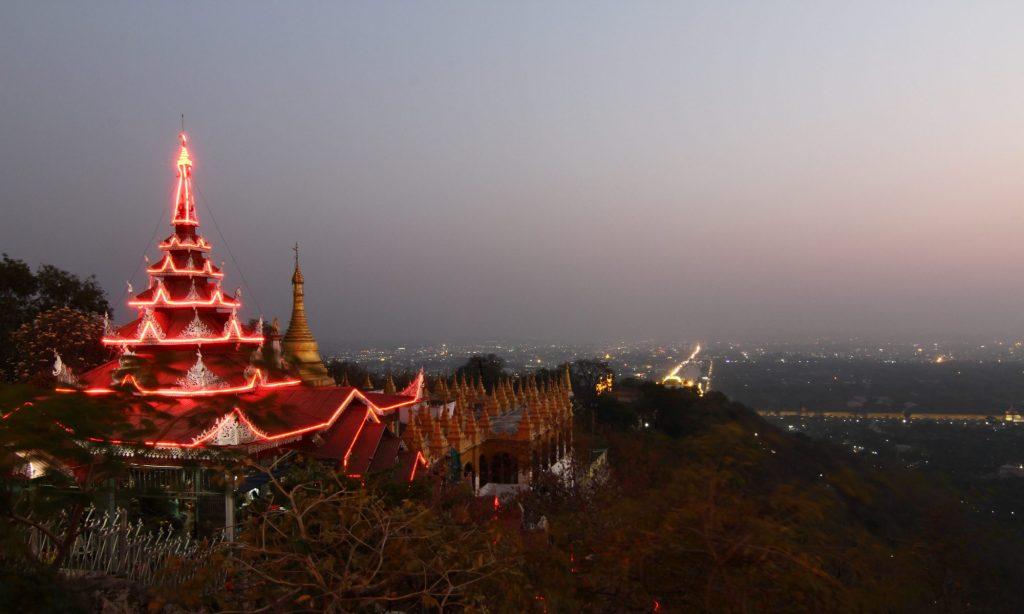 Mandalay Hill mit Blick auf den Königspalast im Sonnenuntergang